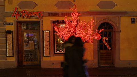 Bild: An einem der zahlreichen Restaurants auf dem Livenplatz - dem Livu laukums - in Rīga. NIKON D700 mit TAMRON SP 24-70mm F/2.8 Di VC USD. ISO 2500 ¦ f/5,6 ¦ 50 mm ¦ 1/20 s ¦ kein Blitz ¦ kein Stativ. Klicken Sie auf das Bild um es zu vergrößern.