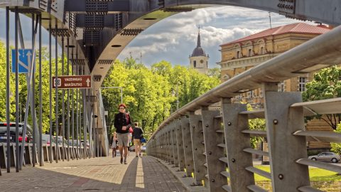 Bild: Auf der Mindaugas Brücke in Vilnius. OLYMPUS OM-D E-M1 mit M.ZUIKO DIGITAL ED 12‑40mm 1:2.8 ISO 200 ¦ f/7,1 ¦ 36 mm ¦ 1/640 s ¦ kein Blitz. Klicken Sie auf das Bild um es zu vergrößern.