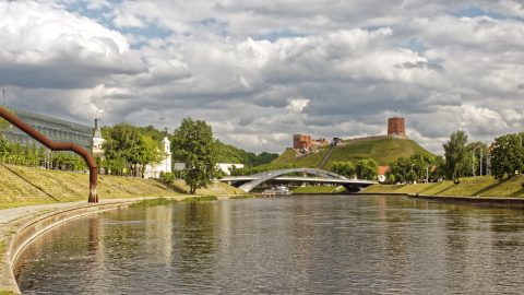 Bild: Die Mindaugas Brücke in Vilnius und die Ruinen der Burg des Gediminas. OLYMPUS OM-D E-M1 mit M.ZUIKO DIGITAL ED 12‑40mm 1:2.8 ISO 200 ¦ f/9 ¦ 25 mm ¦ 1/500 s ¦ kein Blitz. Klicken Sie auf das Bild um es zu vergrößern.