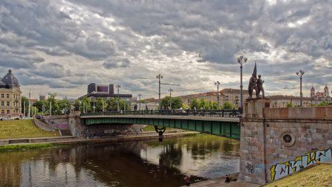 Bild: Die Grüne Brücke in Vilnius. OLYMPUS OM-D E-M1 mit M.ZUIKO DIGITAL ED 12‑40mm 1:2.8 ISO 200 ¦ f/9 ¦ 12 mm ¦ 1/320 s ¦ kein Blitz. Klicken Sie auf das Bild um es zu vergrößern.