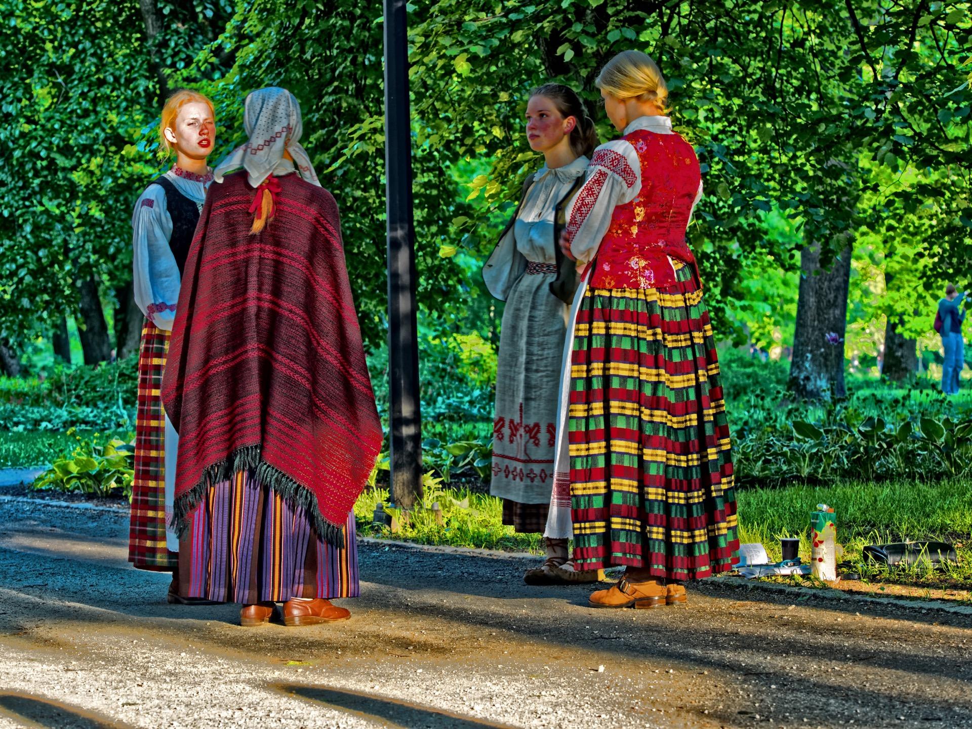 Bild: Auch junge Leute tragen hier Tracht. Skamba skamba kankliai 2015 in Vilnius. OLYMPUS OM-D E-M1 mitM.ZUIKO DIGITAL ED 40‑150mm 1:2.8 PRO ISO 200 ¦ f/5,6 ¦ 70 mm ¦ 1/30 s ¦ kein Blitz. Klicken Sie auf das Bild um es zu vergrößern.