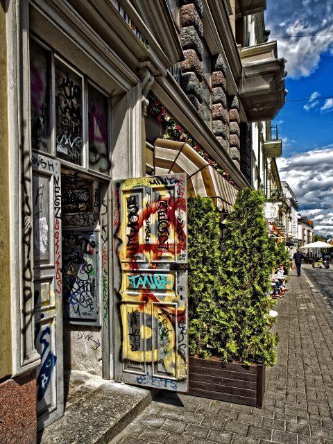Bild: Graffiti in der Vilniaus gatvė in der Altstadt von Vilnius. OLYMPUS OM-D E-M1 mit M.ZUIKO DIGITAL ED 12‑40mm 1:2.8 ISO 200 ¦ f/3,2 ¦ 12 mm ¦ 1/4000 s ¦ kein Blitz. Klicken Sie auf das Bild um es zu vergrößern.