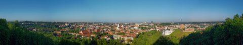 Bild: Panoramafoto von Vilnius. Aufgenommen vom Berg der Drei Kreuze oder Kahlem Berg. OLYMPUS OM-D E-M1 mit LEICA DG SUMMILUX 25 mm / F1.4. ISO 200 ¦ f/11 ¦ 25 mm ¦ 1/320 s ¦ kein Blitz. Klicken Sie auf das Bild um es zu vergrößern.