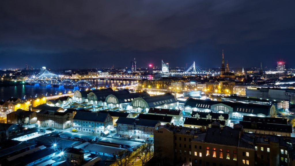 Bild: Ein Blick auf die Altstadt von Riga, die Nationalbibliothek und die Daugava von der Aussichtsplattform der Akademie der Wissenschaften. OLYMPUS OM-D E-M1 mitLEICA H-X015E-K DG SUMMILUX 1.7 / 15mm. ISO 200 ¦ f/11 ¦ 15 mm ¦ 20 s ¦ kein Blitz. Klicken Sie auf das Bild um es zu vergrößern.