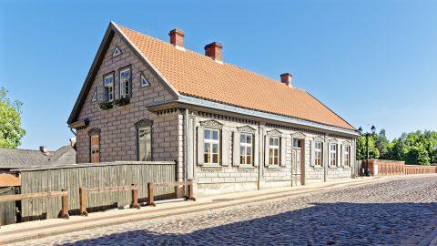 Bild: Haus an der Backsteinbrücke über die Venta in Kuldīga, Lettland. OLYMPUS OM-D E-M1 Mark II und M.ZUIKO DIGITAL ED 7‑14mm 1:2.8 PRO. ISO 200 ¦ f/7.1 ¦ 12 mm ¦ 1/400 s ¦ kein Blitz. Klicken Sie auf das Bild um es zu vergrößern.