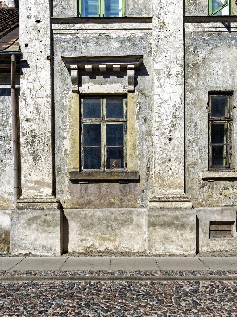 Bild: Manchmal wird man die ungeliebte Geschichte einfach nicht los. Lenin lässt grüßen. In der Altstadt von Kuldīga, Lettland. OLYMPUS OM-D E-M1 Mark II und M.ZUIKO DIGITAL ED 7‑14mm 1:2.8 PRO. ISO 200 ¦ f/5.6 ¦ 12 mm ¦ 1/1600 s ¦ kein Blitz. Klicken Sie auf das Bild um es zu vergrößern.