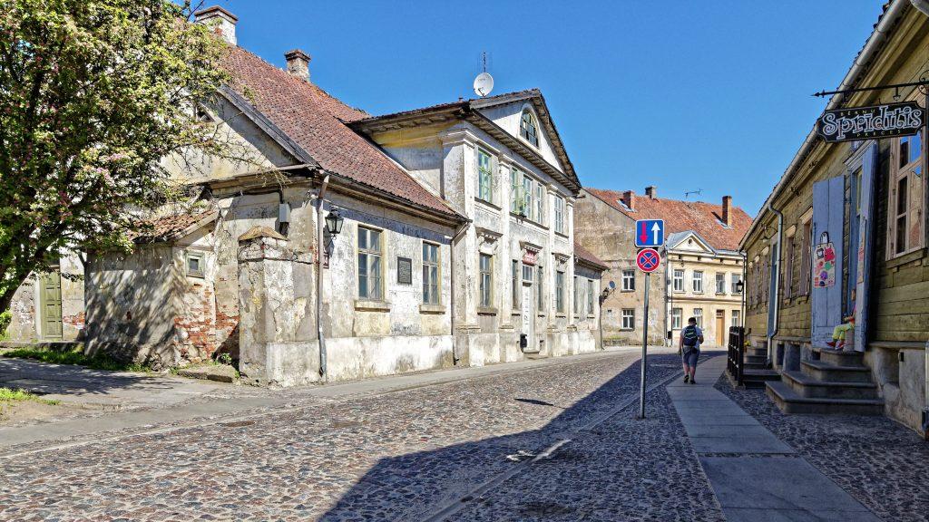 Bild: Unterwegs in der Altstadt von Kuldīga, Lettland. OLYMPUS OM-D E-M1 Mark II und M.ZUIKO DIGITAL ED 7‑14mm 1:2.8 PRO. ISO 200 ¦ f/5.6 ¦ 12 mm ¦ 1/1000 s ¦ kein Blitz. Klicken Sie auf das Bild um es zu vergrößern.
