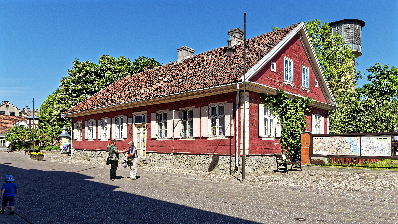 Bild: Wiedersehensfreude. Ein kleiner Plausch unter Freunden geht immer. Kuldīga ist eine lettische Kleinstadt, in der man sich kennt. OLYMPUS OM-D E-M1 Mark II und M.ZUIKO DIGITAL ED 7‑14mm 1:2.8 PRO. ISO 200 ¦ f/7.1 ¦ 9 mm ¦ 1/640 s ¦ kein Blitz. Klicken Sie auf das Bild um es zu vergrößern.