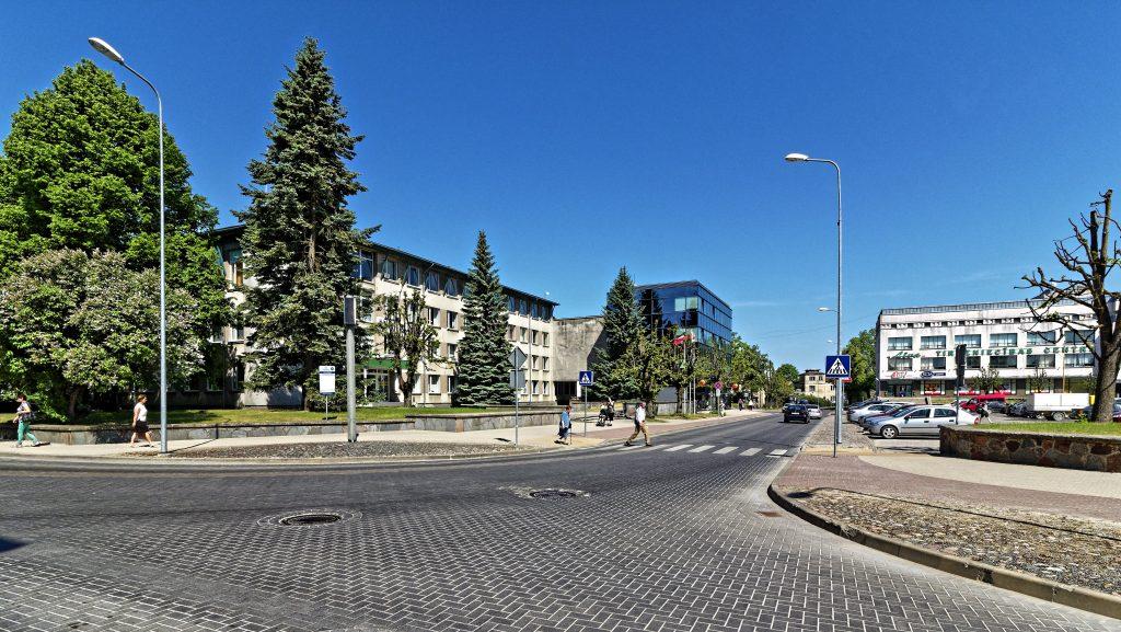 Bild: Im Stadtzentrum von Kuldīga, Lettland. Kuldīga ist eine typische lettische Kleinstadt. Im Zentrum gibt es eine Bank (Mitte) und ein Kaufhaus (Rechts). Supermärkte findet man am Stadtrand. OLYMPUS OM-D E-M1 Mark II und M.ZUIKO DIGITAL ED 7‑14mm 1:2.8 PRO. ISO 200 ¦ f/7.1 ¦ 9 mm ¦ 1/640 s ¦ kein Blitz. Klicken Sie auf das Bild um es zu vergrößern.