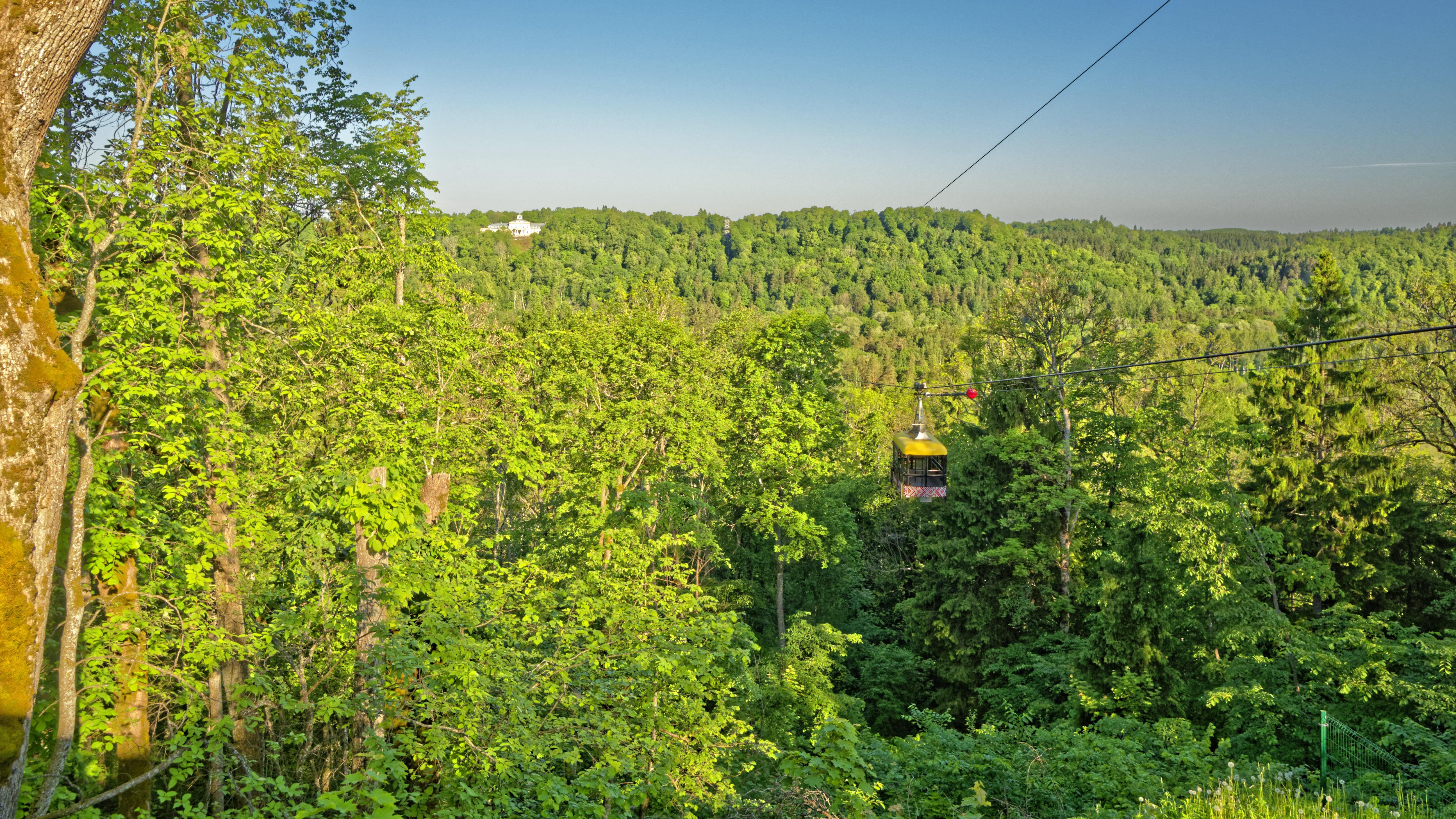 Bild: Die einzige Seilbahn zur Personenbeförderung in Lettland befindet sich in Sigulda. Blick auf Tal der Gauja. Im Hintergrund ist das Schloss Krimulda zu sehen. OLYMPUS OM-D E-M1 Mark II und M.ZUIKO DIGITAL ED 7‑14mm 1:2.8 PRO. ISO 200 ¦ f/5.6¦ 7 mm ¦ 1/500 s ¦ kein Blitz Klicken Sie auf das Bild um es zu vergrößern.