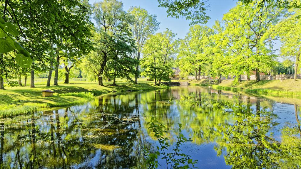 Bild: Teich im Schlosspark von Sigulda.. OLYMPUS OM-D E-M1 Mark II und M.ZUIKO DIGITAL ED 7‑14mm 1:2.8 PRO. ISO 200 ¦ f/7.1 ¦ 12 mm ¦ 1/100 s ¦ kein Blitz. Klicken Sie auf das Bild um es zu vergrößern.