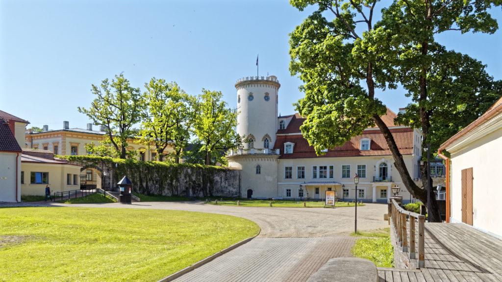 Bild: Das Neue Schloss von Cēsis wurde von Graf Karl von Sievers neben der Ruine der Ordensburg errichtet. OLYMPUS OM-D E-M1 Mark I und LEICA DG SUMMILUX 1.7 / 15mm. ISO 200 ¦ f/7.1 ¦ 15 mm ¦ 1/500 s ¦ kein Blitz. Klicken Sie auf das Bild um es zu vergrößern.
