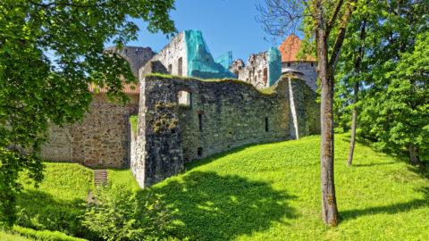 Bild: Blick auf die Ordensburg von Cēsis. Die Burg wurde 1577 zerstört und ist seit dem Großen Nordischen Krieg endgültig eine Ruine. OLYMPUS OM-D E-M1 Mark II und M.ZUIKO DIGITAL ED 7‑14mm 1:2.8 PRO. ISO 200 ¦ f/7.1 ¦ 12 mm ¦ 1/160 s ¦ kein Blitz. Klicken Sie auf das Bild um es zu vergrößern.