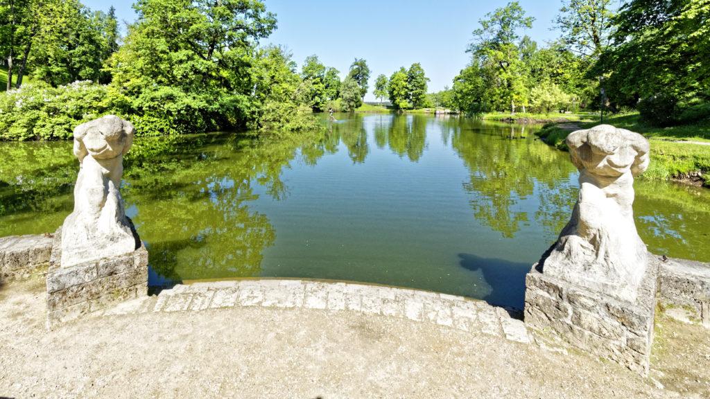 Bild: Blick auf den Teich im Schlosspark von Cēsis. OLYMPUS OM-D E-M1 Mark II und M.ZUIKO DIGITAL ED 7‑14mm 1:2.8 PRO. ISO 200 ¦ f/7.1 ¦ 7 mm ¦ 1/400 s ¦ kein Blitz. Klicken Sie auf das Bild um es zu vergrößern.