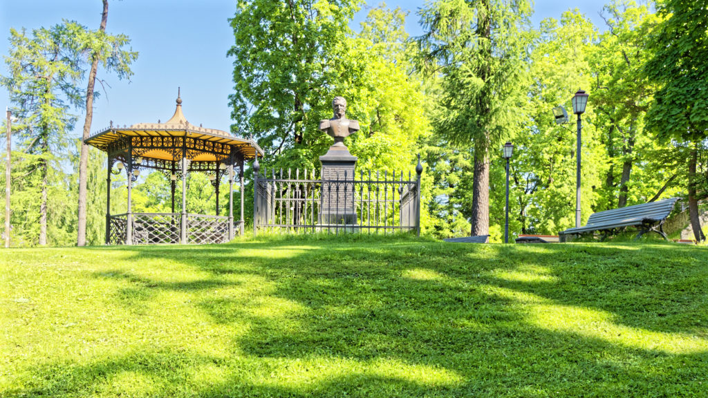 Bild: Pavillon im Schlosspark von Cēsis. OLYMPUS OM-D E-M1 Mark II und M.ZUIKO DIGITAL ED 7‑14mm 1:2.8 PRO. ISO 200 ¦ f/7.1 ¦ 7 mm ¦ 1/80 s ¦ kein Blitz. Klicken Sie auf das Bild um es zu vergrößern.