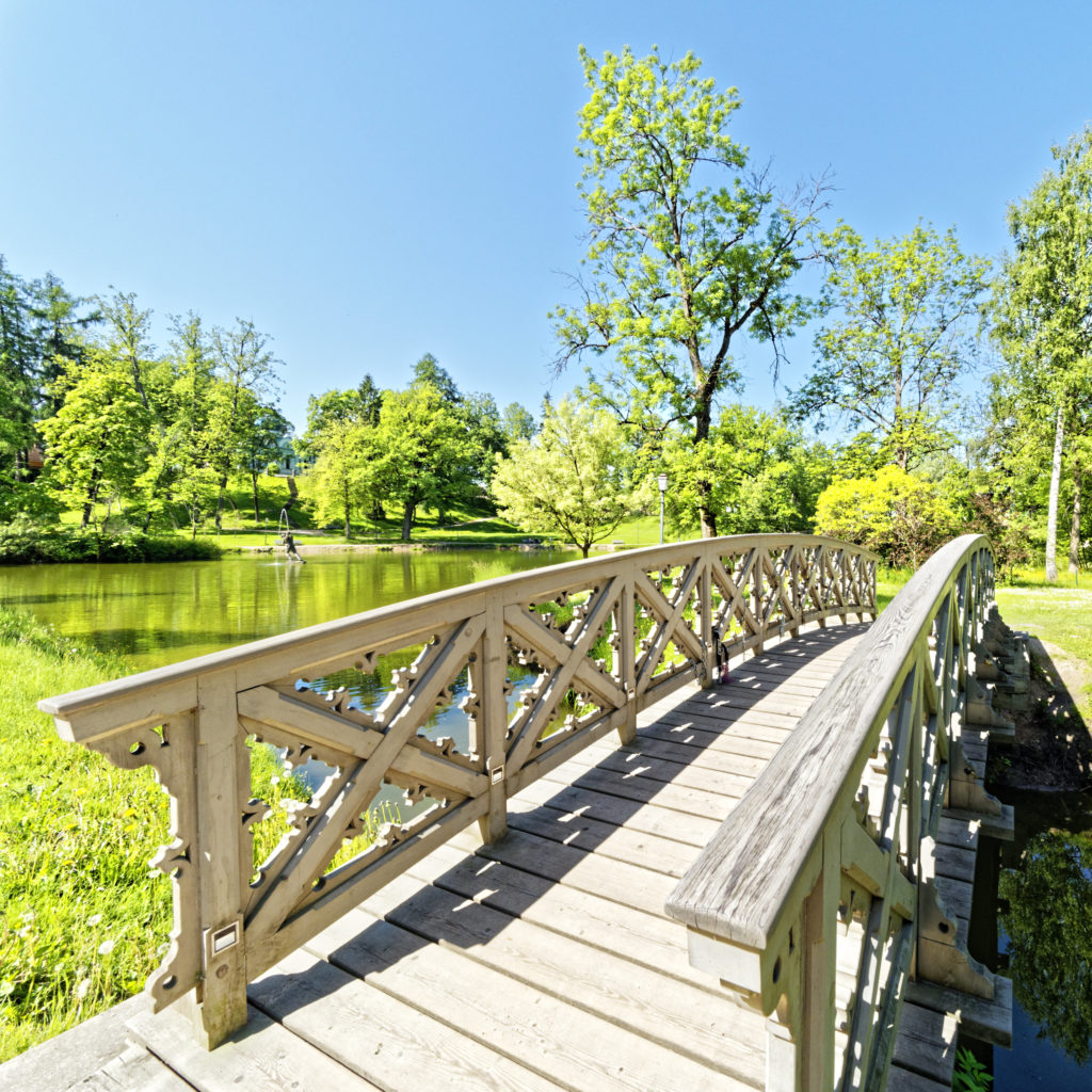 Bild: Brücke im Schlosspark von Cēsis. OLYMPUS OM-D E-M1 Mark II und M.ZUIKO DIGITAL ED 7‑14mm 1:2.8 PRO. ISO 200 ¦ f/9 ¦ 7 mm ¦ 1/200 s ¦ kein Blitz. Klicken Sie auf das Bild um es zu vergrößern.