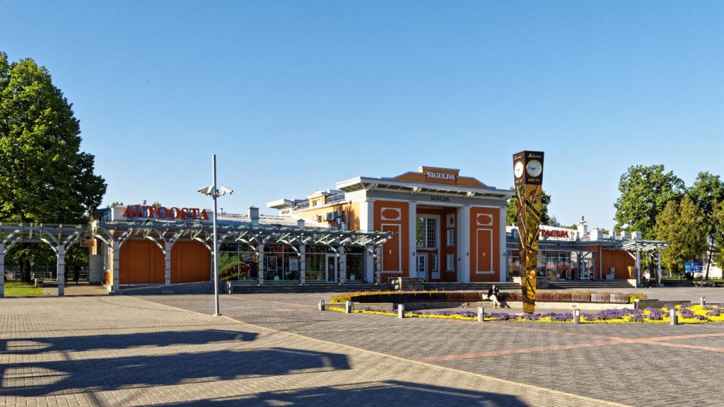 Bild: Der Busbahnhof (links) und Bahnhof (rechts) von Sigulda. Das gemeinsam genutzte Gebäude ist genau so gepflegt, wie die Stadt selbst. OLYMPUS OM-D E-M1 Mark I und LEICA DG SUMMILUX 15 mm / F1.7 ASPH. ISO 200 ¦ f/7.1 ¦ 15 mm ¦ 1/400 s ¦ kein Blitz Klicken Sie auf das Bild um es zu vergrößern.
