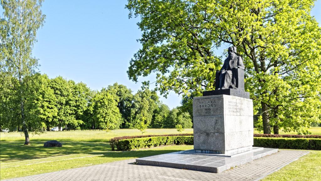 Bild: Denkmal zu Ehren von Krišjānis Barons in Sigulda. Krišjānis Barons sammelte lettische Volkslieder, die er in einzelnen Zetteln einem Schrank aufbewahrte. Der Schrank wurde 2001 von der UNESCO in das Weltdokumentenerbe aufgenommen. OLYMPUS OM-D E-M1 Mark I und LEICA DG SUMMILUX 15 mm / F1.7 ASPH. ISO 200 ¦ f/5.6 ¦ 15 mm ¦ 1/500 s ¦ kein Blitz Klicken Sie auf das Bild um es zu vergrößern.