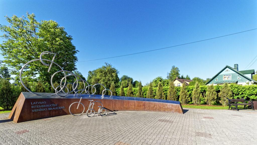 Bild: Denkmal für das Rennen der Amateurrennfahrer in Sigulda. Das Radrennen findet jedes Jahr in Sigulda statt. OLYMPUS OM-D E-M1 Mark II und M.ZUIKO DIGITAL ED 7‑14mm 1:2.8 PRO. ISO 200 ¦ f/5.6 ¦ 7 mm ¦ 1/800 s ¦ kein Blitz. Klicken Sie auf das Bild um es zu vergrößern.
