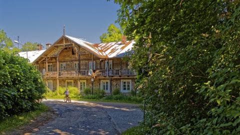 Bild: Krimulda ist ein verträumtes lettisches Dorf mit typischen Holzhäusern, das am gegenüberliegenden Ufer von Sigulda über dem Tal des Flusses Gauja liegt. OLYMPUS OM-D E-M1 Mark I und LEICA DG SUMMILUX 1.7 / 15mm. ISO 200 ¦ f/5.6 ¦ 15 mm ¦ 1/160 s ¦ kein Blitz. Klicken Sie auf das Bild um es zu vergrößern.