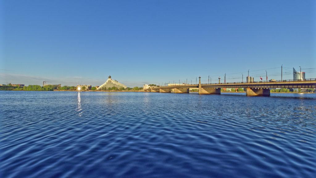 Bild: Ein Morgenspaziergang in Rīga an der Promenade entlang des rechten Ufers der Daugava. Blick bei Sonnenaufgang (also im Rücken) auf die neu erbaute Nationalbibliothek, die auch Schloss des Lichtes genannt wird. Könnte in ein paar Minuten stimmen, oder ... OLYMPUS OM-D E-M1 Mark II und M.ZUIKO DIGITAL ED 7‑14mm 1:2.8 PRO. ISO 200 ¦ f/9.0 ¦ 7 mm ¦ 1/250 s ¦ kein Blitz. Klicken Sie auf das Bild um es zu vergrößern.