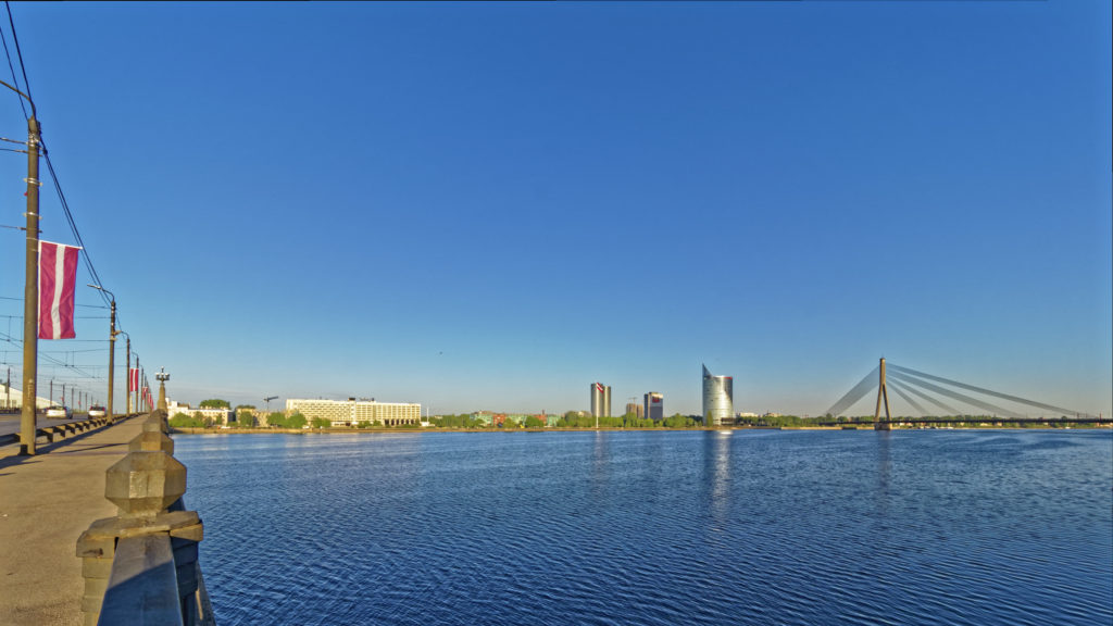 Bild: Ein Morgenspaziergang in Rīga an der Promenade entlang des rechten Ufers der Daugava. Blick auf das linke Ufer der Daugava mit Radisson-Hotel. Z-Towers, Swedbank und Vanšu-Brücke. OLYMPUS OM-D E-M1 Mark II und M.ZUIKO DIGITAL ED 7‑14mm 1:2.8 PRO. ISO 200 ¦ f/9.0 ¦ 7 mm ¦ 1/250 s ¦ kein Blitz. Klicken Sie auf das Bild um es zu vergrößern.