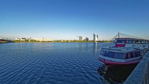 Bild: Ein Morgenspaziergang in Rīga an der Promenade entlang des rechten Ufers der Daugava. Blick auf das linke Ufer der Daugava mit Steinbrücke, Radisson-Hotel. Z-Towers, Swedbank und Vanšu-Brücke. OLYMPUS OM-D E-M1 Mark II und M.ZUIKO DIGITAL ED 7‑14mm 1:2.8 PRO. ISO 200 ¦ f/9.0 ¦ 7 mm ¦ 1/250 s ¦ kein Blitz. Klicken Sie auf das Bild um es zu vergrößern.