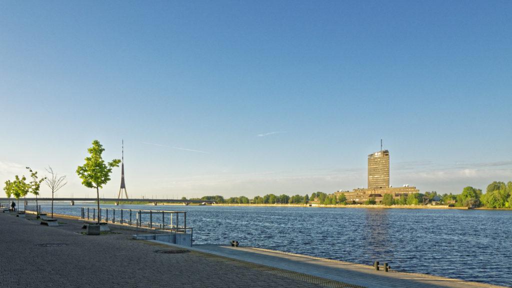 Bild: Ein Morgenspaziergang in Rīga an der Promenade entlang des rechten Ufers der Daugava. Blick auf das linke Ufer der Daugava mit Fernsehturm und Rundfunkhaus. OLYMPUS OM-D E-M1 Mark II und M.ZUIKO DIGITAL ED 7‑14mm 1:2.8 PRO. ISO 200 ¦ f/9.0 ¦ 12 mm ¦ 1/200 s ¦ kein Blitz. Klicken Sie auf das Bild um es zu vergrößern.