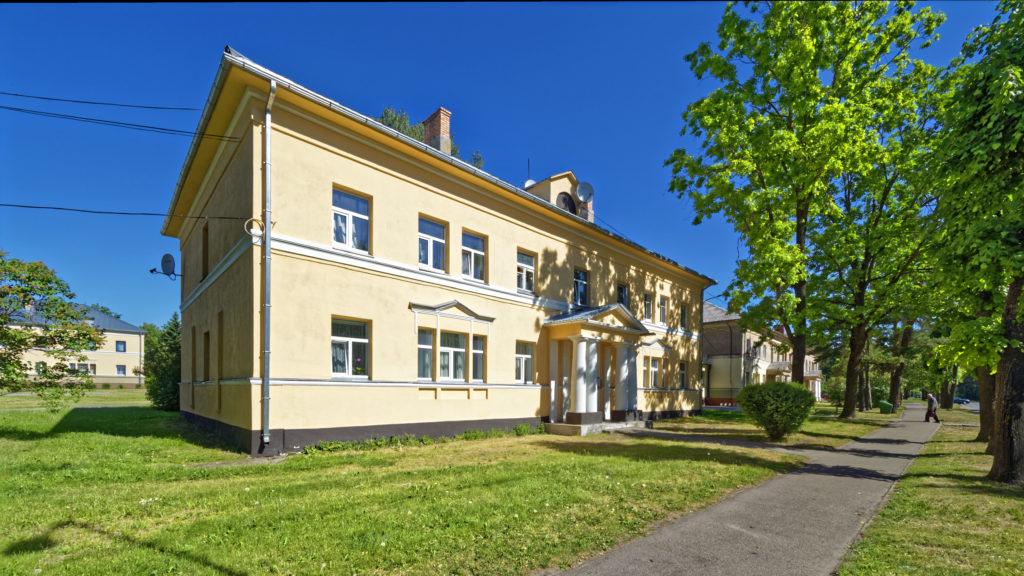 Bild: Schönes altes Mehrfamilienhaus mit Portikus in der Rīgas iela in Baloži in Lettland. OLYMPUS OM-D E-M1 Mark II und M.ZUIKO DIGITAL ED 7‑14mm 1:2.8 PRO. ISO 200 ¦ f/7.1 ¦ 7 mm ¦ 1/640 s ¦ kein Blitz. Klicken Sie auf das Bild um es zu vergrößern.