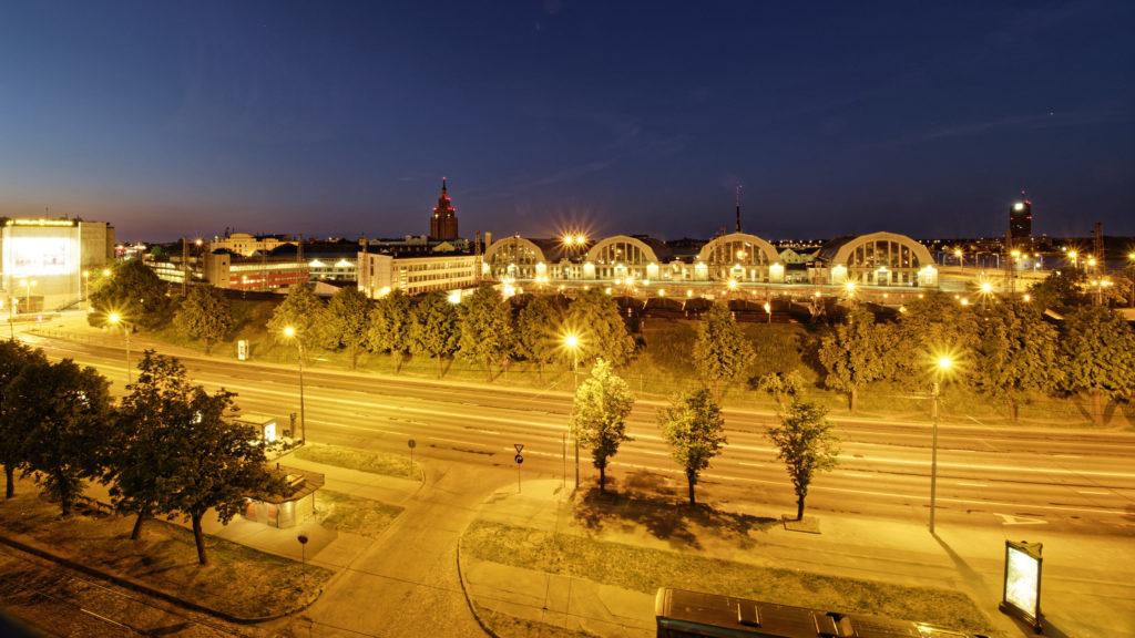 Bild: Blick auf die Moskauer Vorstadt in Rīga in der Nacht. OLYMPUS OM-D E-M1 Mark II und M.ZUIKO DIGITAL ED 7‑14mm 1:2.8 PRO. ISO 200 ¦ f/9 ¦ 7 mm ¦ 1/15 s ¦ kein Blitz. Klicken Sie auf das Bild um es zu vergrößern.