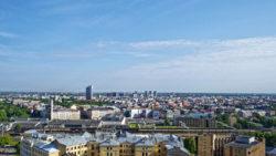 Bild: Ein Blick über das Zentrum von Rīga in Richtung Norden. Im Hintergrund sind mittig die Hochhäuser von Skanste zu sehen.