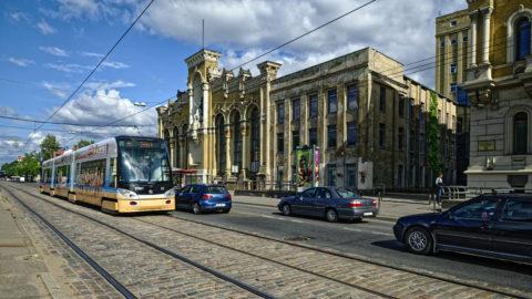 Bild: Moderne Niederflurstraßenbahn vor dem VEF Gebäude in der Brīvības iela in Rīga.