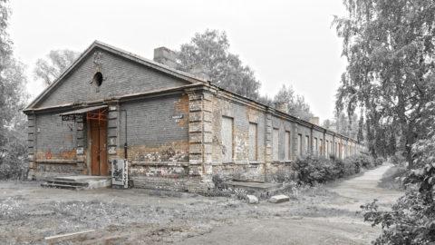 Bild: Alter militärischer Zweckbau an der Traileru iela im Stadtteil Mangaļsala von Rīga.
