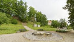 Bild: Der Park am östlichen Ende von Kandava beherbergt die Ruine der Burg des Deutschen Ordens und den Pulverturm.