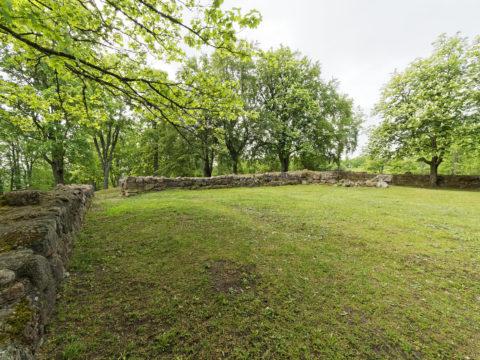 Bild: Die Ruinen der Burg des Deutschen Ordens auf dem Burgberg von Kandava.