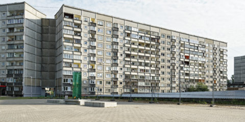 Bild: Der Stadtteil Zolitūde in Rīga. An dieser Stelle kam es am Abend des 21. November 2013 zum Einsturz der Dachkonstruktion eines großen Supermarktes. Dabei verloren 54 Menschen ihr Leben.