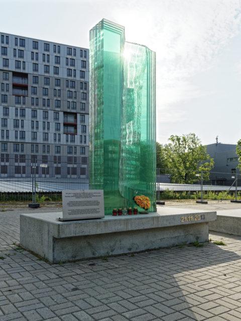 Bild: An den Einsturz der Dachkonstruktion eines Supermarktes im Stadtteil Zolitūde mit zahlreichen Toten erinnert dieser vorerst provisorisch errichtete Gedenkstein.