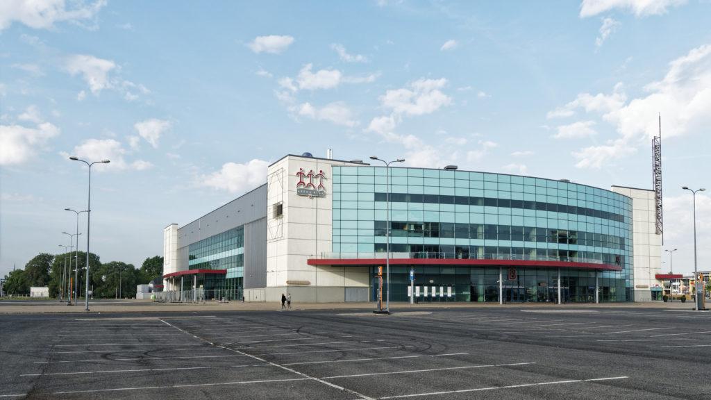 Bild: Die Mehrzweckhalle Arēna Rīga im Stadtteil Skanste von Rīga wurde 2006 zur Eishockey WM eröffnet. Sie war das erste postsowjetische Gebäude in Skanste.