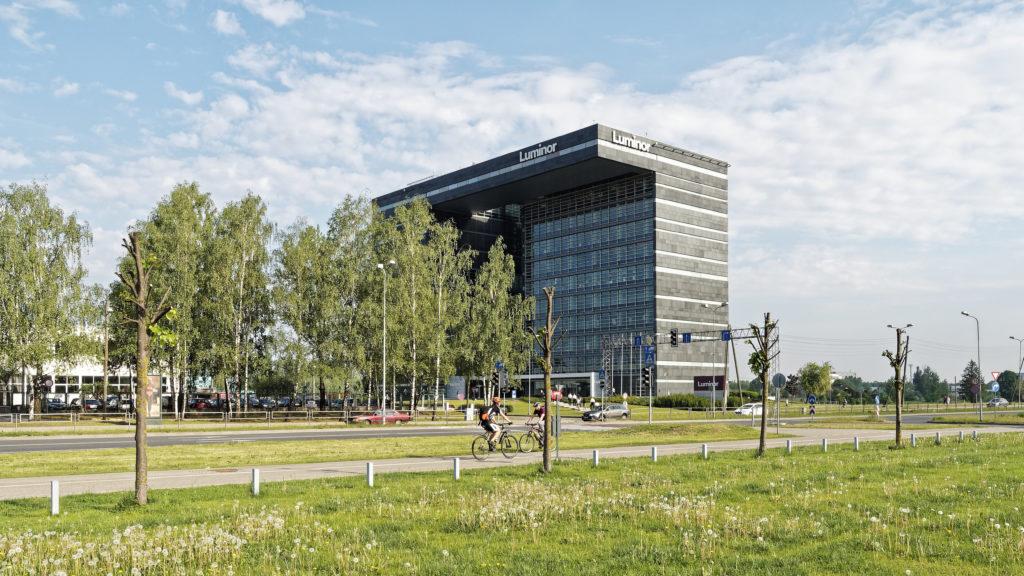 Bild: Das Verwaltungsgebäude der Bank LUMINOR im Stadtteil Skanste von Rīga ist einer der architektonisch interessantesten postsowjetischen Bauten der Stadt an der Daugava.