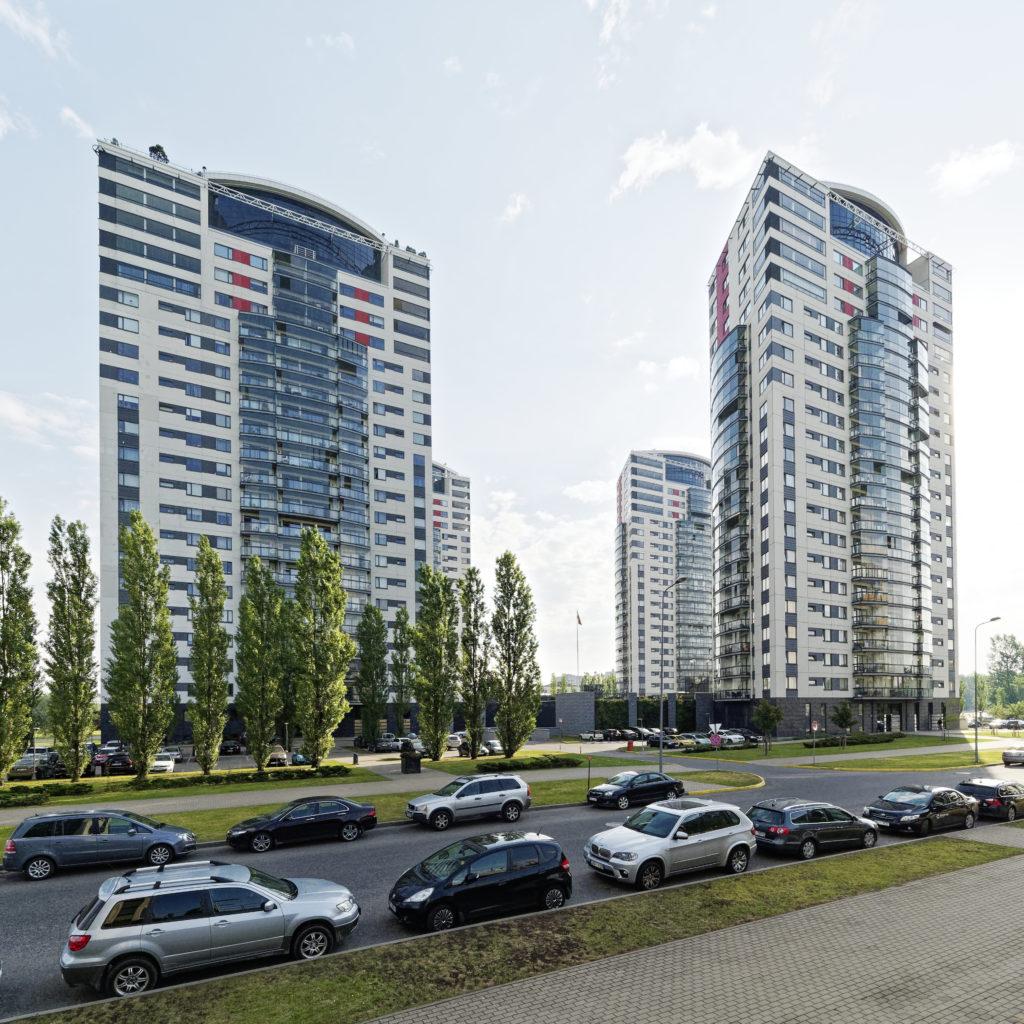 """Bild: Beeindruckende Perspektive. Moderner Wohnkomplex im Stadtteil Skanste von Rīga mit den vier Hochhäusern """"Skanstes virsotnes""""."""