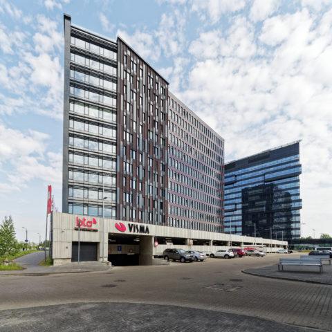 Bild: Neben modernen Wohnkomplexen prägen besonders die Gebäude von Banken und Versicherungen den Stadtteil Skanste von Rīga.
