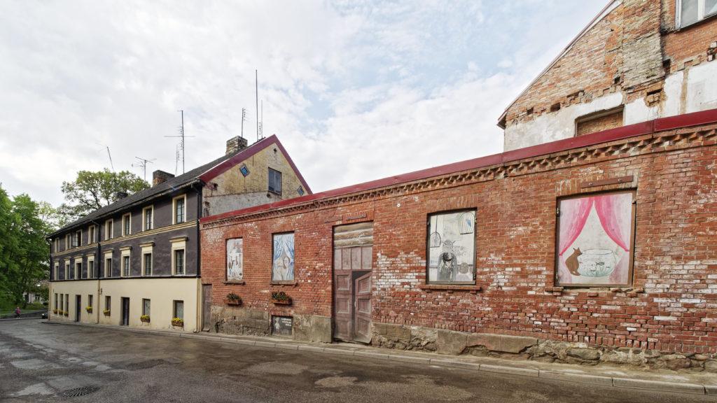 Bild: Verlassenes Haus an der Kreuzung Pils iela und Dārza iela in Kandava in Lettland. Solche Häuser sind in Kandava die Ausnahme.