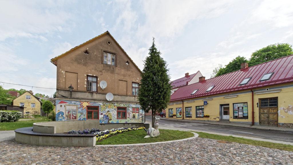 Bild: Mit Mosaiksteinen verkleidetes Haus in der Altstadt von Kandava.