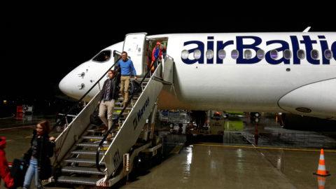 Bild: Die Bombardier C-Series oder Airbus A220 im Oktober 2017 am späten Abend auf dem Flughafen von Rīga. Die Aerodynamik der modernen Flugzeuge hat sich deutlich geändert. SAMSUNG GALAXY S5 Mini. Klicken Sie auf das Bild, um es zu vergrößern.