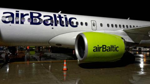 Bild: Die Bombardier C-Series oder Airbus A220 im Oktober 2017 am späten Abend auf dem Flughafen von Rīga. Gut zu erkennen ist der große Durchmesser der PW1500G Triebwerke. SAMSUNG GALAXY S5 Mini. Klicken Sie auf das Bild, um es zu vergrößern.