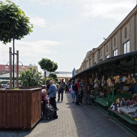 Bild: Auf dem Außengeländes des Zentralmarktes von Rīga. Ende Mai 2019. OLYMPUS OM-D E-M1 Mark II mit M.ZUIKO DIGITAL ED 7‑14mm 1:2.8 PRO. Klicken Sie auf das Bild, um es zu vergrößern.