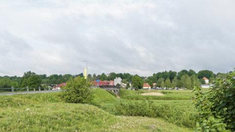 Bild: Blick vom linken Ufer der Abava auf Kandava. Links ist die Steinbrücke zu sehen, rechts der Pulverturm am Rande der Altstadt.