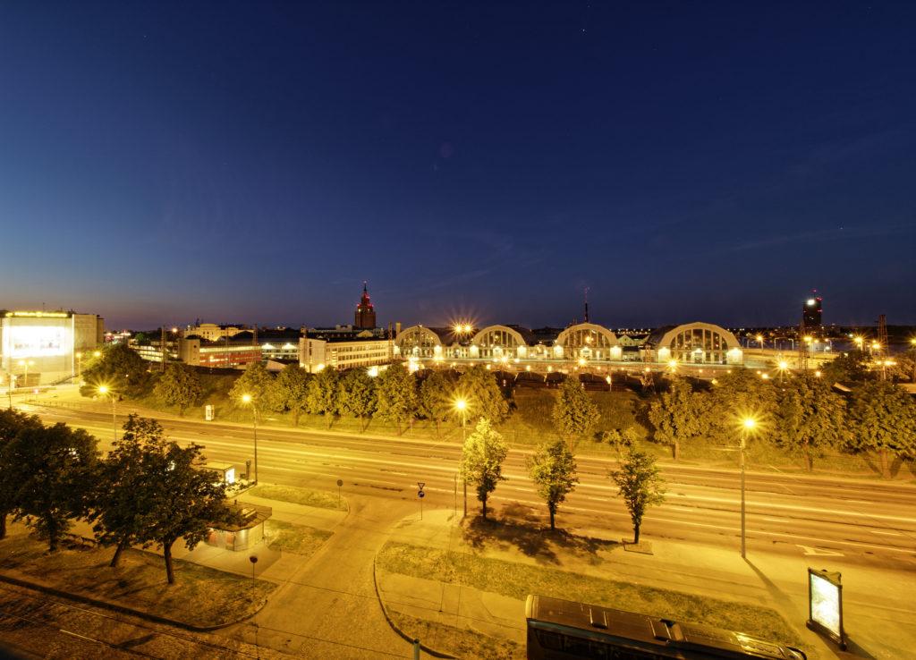 Bild: Der Zentralmarkt von Rīga. Ende Mai 2018. OLYMPUS OM-D E-M1 Mark II mit M.ZUIKO DIGITAL ED 7‑14mm 1:2.8 PRO. Klicken Sie auf das Bild, um es zu vergrößern.