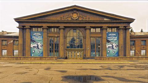 Bild: Portal der Eingangshalle des Flughafens Spilve im gleichnamigen Stadtteil von Rīga. In wenigen Jahren wird das einstmals stattliche Gebäude eine Ruine sein.