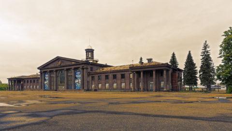 Bild: Die Eingangshalle des Flughafens Spilve im gleichnamigen Stadtteil von Rīga. In wenigen Jahren wird das einstmals stattliche Gebäude eine Ruine sein.